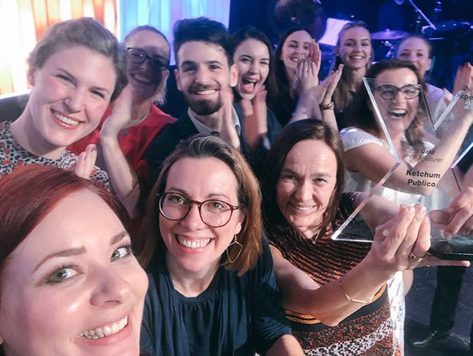 A group of female and male Ketchum Vienna colleagues at the Austrian PR Awards